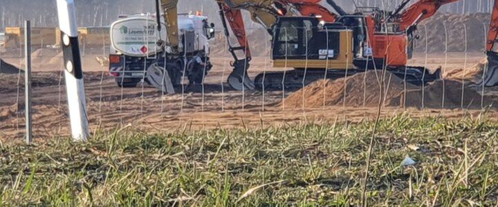 Illegale Betankung von Baufahrzeugen auf Tesla Gelände im Trinkwasserschutzgebiet – Behörden schreiten nicht ein