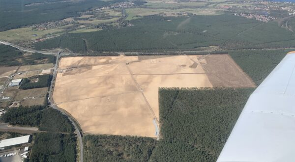 Schockierender Blick aus der Luft auf eine riesige Sandwüste